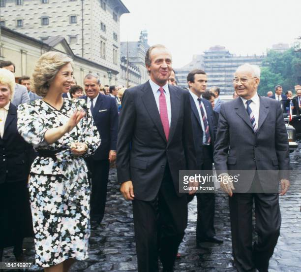 In his official visit to Czechoslovakia the Spanish Kings Juan Carlos and Sofia during a walk through the city with the President Gustav Husak 8th...