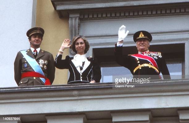 In his official visit to Norway the Spanish Kings Juan Carlos and Sofia accompanied by the Norwegian King Olav greet the Norwegian people 14th April...