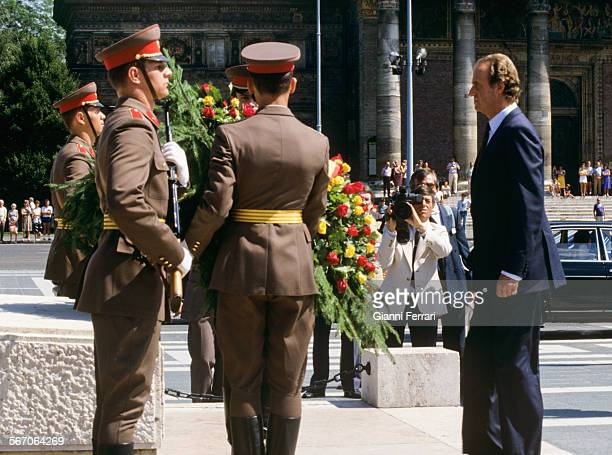 In his official visit to the People's Republic of Hungary, the Spanish King Juan Carlos of Borbon lays a wreath at the tomb of the Unknown Soldier...