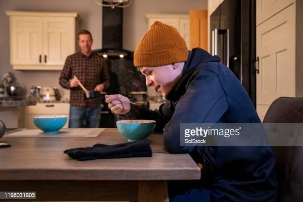 thuis van de koude buitenlucht - alleenstaande vader stockfoto's en -beelden