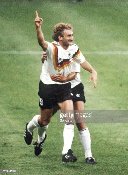 WM 1990 in ITALIEN DEUTSCHLAND JUGOSLAWIEN 41 JUBEL Rudi VOELLER/GER