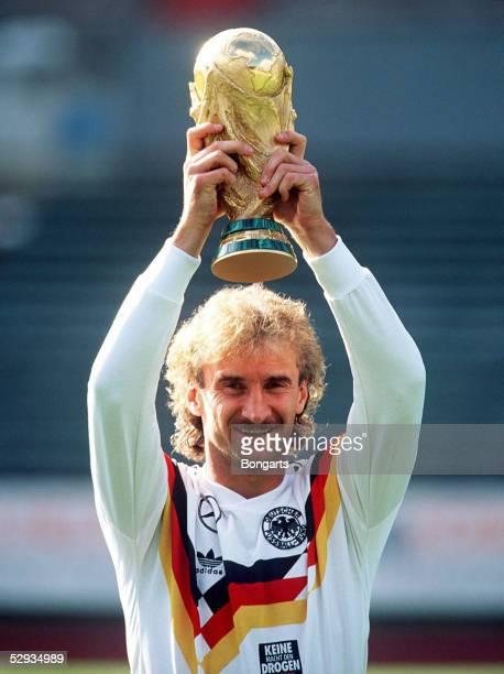 WM 1990 in Italien Finale Rom DEUTSCHLAND ARGENTINIEN 10 DEUTSCHLAND WELTMEISTER Jubel Rudi VOELLER MIT POKAL/GER
