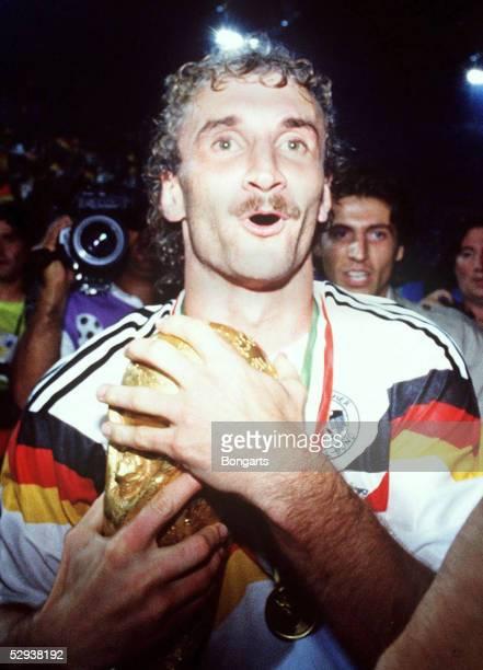 WM 1990 in ITALIEN Finale Rom DEUTSCHLAND ARGENTINIEN 10 DEUTSCHLAND WELTMEISTER Rudi VOELLER/GER mit Pokal