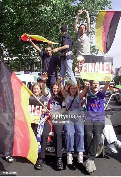 Jubelnde GER FANS auf dem Berliner Kurfuerstendamm