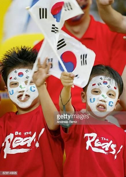 WM 2002 in JAPAN und KOREA Busan GRUPPE D/SUEDKOREA POLEN 20 koreanische Kinder/Fans jubeln