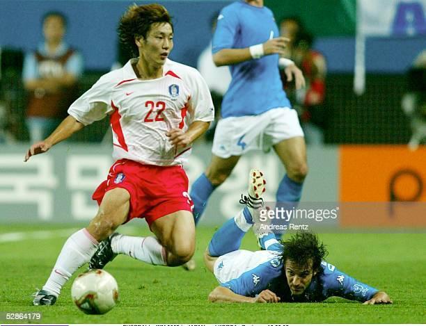 WM 2002 in JAPAN und KOREA Daejeon Match 56/ACHTELFINALE/KOREA ITALIEN 21 nV Chong Gug SONG/KOR Alessandro DEL PIERO/KOR