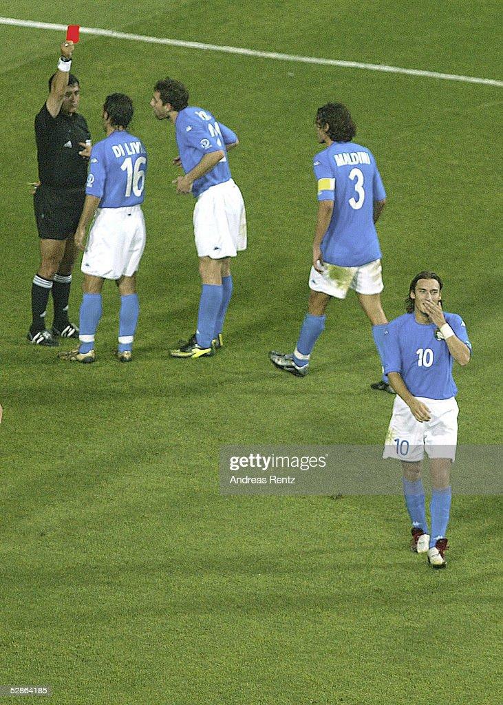 WM 2002 in JAPAN und KOREA, Daejeon; Match 56/ACHTELFINALE/KOREA - ITALIEN (KOR - ITA) 2:1 n.V.; Schiedsrichter Byron MORENO zeigt Francesco TOTTI (10)/ITA die ROTE