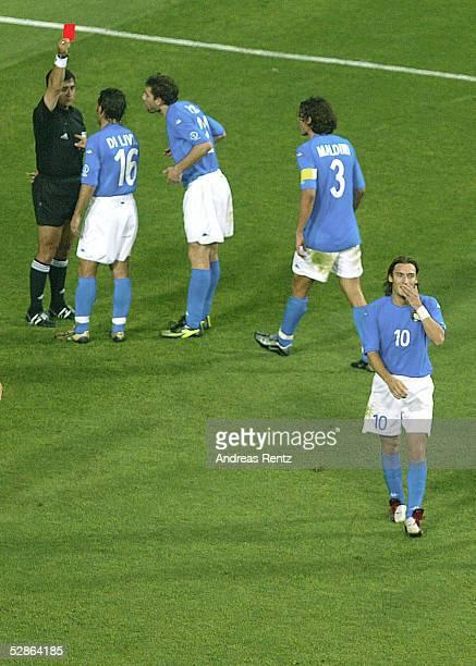 N.V.; Schiedsrichter Byron MORENO zeigt Francesco TOTTI /ITA die ROTE KARTE