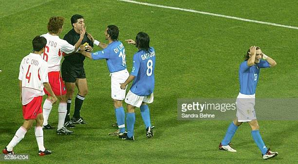 N.V.; Schiedsrichter Byron MORENO zeigt Francesco TOTTI die ROTE KARTE