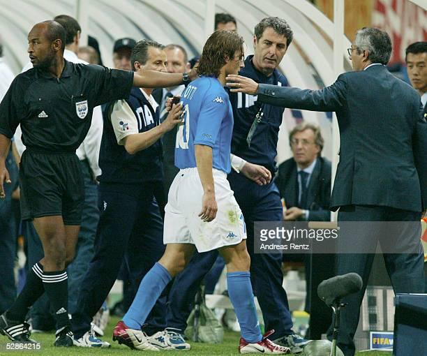 WM 2002 in JAPAN und KOREA Daejeon Match 56/ACHTELFINALE/KOREA ITALIEN 21 nV Francesco TOTTI/ITA verlaesst nach ROTER KARTE das Spielfeld