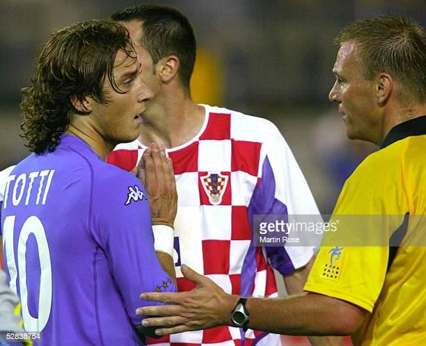FUSSBALL WM 2002 in JAPAN und KOREA Ibaraki 080602 GRUPPE G/ITALIEN KROATIEN 12 Francesco TOTTI/ITA SCHIEDSRICHTER Grahamm POLL/ENG