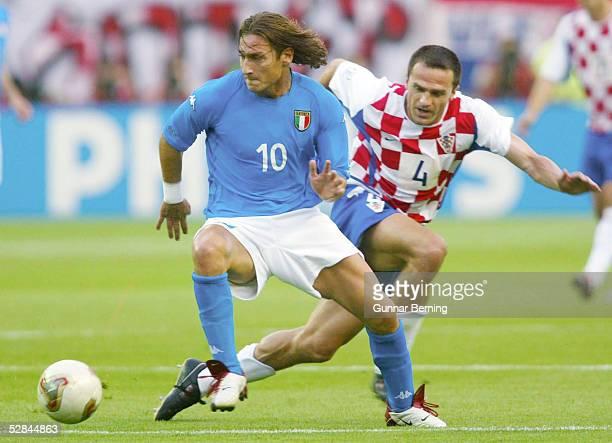 FUSSBALL WM 2002 in JAPAN und KOREA Ibaraki 080602 GRUPPE G/ITALIEN KROATIEN Francesco TOTTI/ITA Stjepan TOMAS/CRO