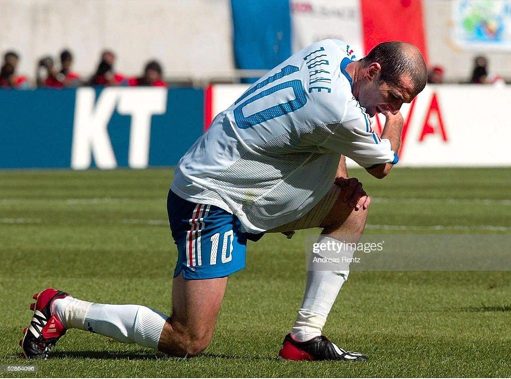 FUSSBALL: WM 2002 in JAPAN und KOREA, DEN - FRA 2:0 : ニュース写真