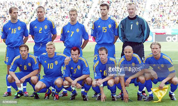 WM 2002 in JAPAN und KOREA Kobe GRUPPE F/SCHWEDEN NIGERIA 21 hintere Reihe vlnr Teddy LUCIC Olof MELLBERG Niclas ALEXANDERSSON Andreas JAKOBSSON...