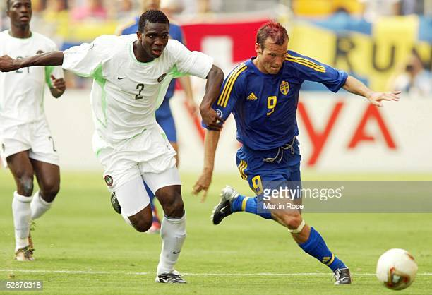 WM 2002 in JAPAN und KOREA Kobe GRUPPE F/SCHWEDEN NIGERIA 21 Joseph YOBO/NGA Fredrik'Freddie'LJUNGBERG/SWE