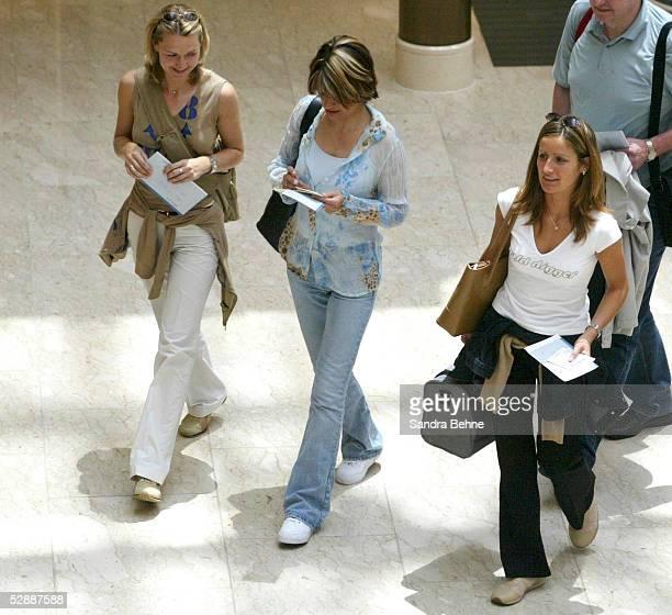 WM 2002 in JAPAN und KOREA Miyazaki ANKUNFT der GER SPIELERFRAUEN und FAMILIEN am Flughafen in Miyazaki vli Daniela REHMER Pia ZIEGE Tina KRUEGER