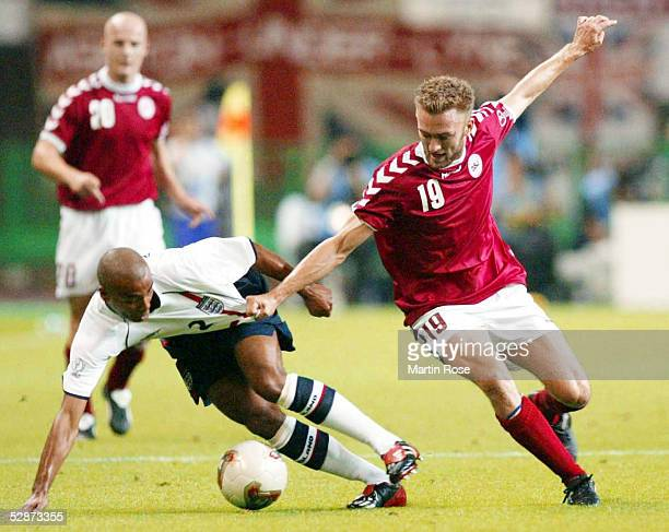 WM 2002 in JAPAN und KOREA Niigata MATCH 50/ACHTELFINALE/DAENEMARK ENGLAND 03 Ashley COLE/ENG Dennis ROMMEDAHL/DEN