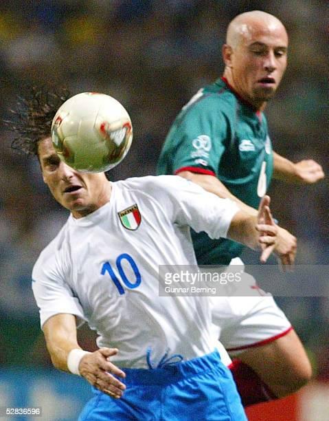 WM 2002 in JAPAN und KOREA Oita GRUPPE G/MEXIKO ITALIEN 11 Francesco TOTTI/ITA Gerardo TORRADO/MEX