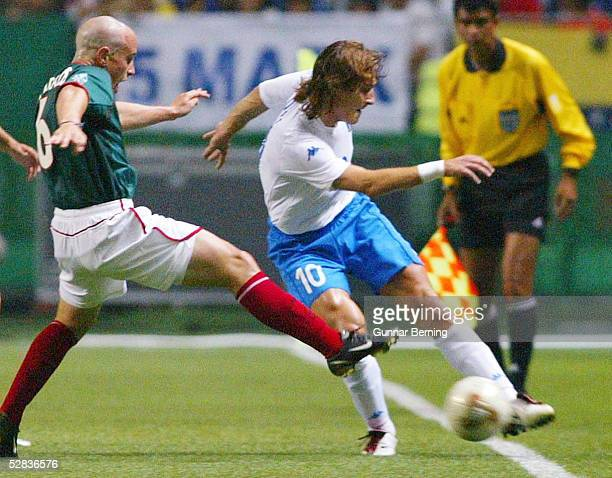 WM 2002 in JAPAN und KOREA Oita GRUPPE G/MEXIKO ITALIEN 11 Gerardo TORRADO/MEX Francesco TOTTI/ITA