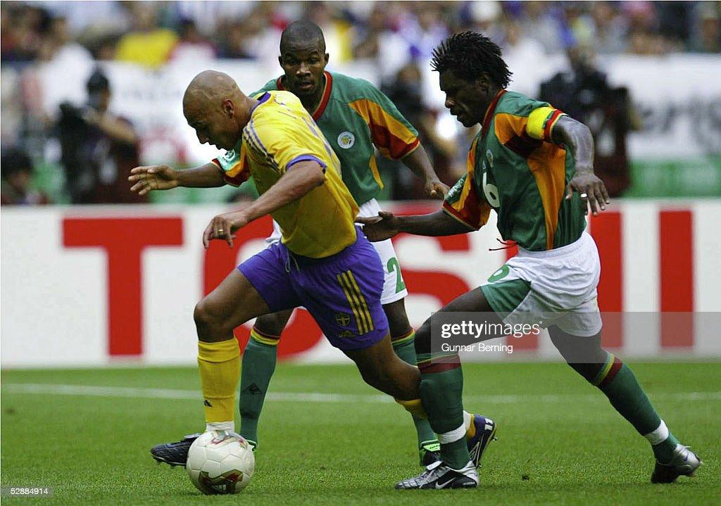 FUSSBALL: WM 2002 in JAPAN und KOREA/ACHTELFINALE SWE - SEN 1:2 : Nachrichtenfoto