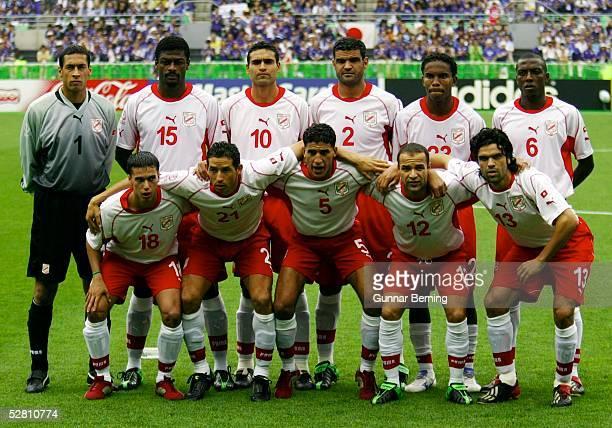 WM 2002 in JAPAN und KOREA Osaka GRUPPE H/TUNESIEN JAPAN 02 hintere Reihe vli TORWART Ali BOUMNIJEL Radhi JAIDI Kaies GHODHBANE Khaled BADRA Jose...