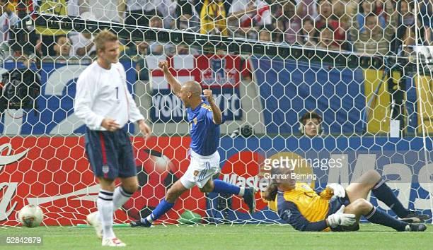 WM 2002 in JAPAN und KOREA Saitama GRUPPE F/ENGLAND SCHWEDEN 11 vli David BECKHAM/ENG JUBEL Henrick LARSSON/SWE nach TOR zum 11 TORWART David...