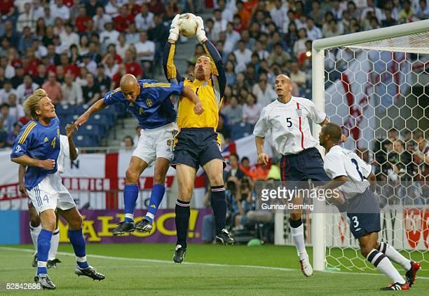 WM 2002 in JAPAN und KOREA Saitama GRUPPE F/ENGLAND SCHWEDEN 11 vli Johan MJAELLBY/SWE Henrik LARSSON/SWE TORWART David SEAMAN/ENG Rio FERDINAND/ENG...