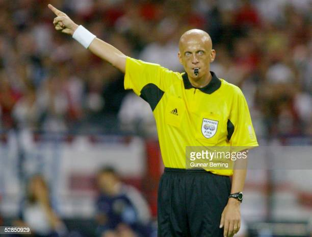 FUSSBALL WM 2002 in JAPAN und KOREA Sapporo 070602/Match 23 GRUPPE F/ARGENTINIEN ENGLAND 01 Pierluigi COLLINA/ITA