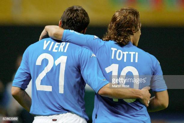WM 2002 in JAPAN und KOREA Sapporo GRUPPE G/ITALIEN ECUADOR 20 Christian VIERI und Francesco TOTTI/ITA geste