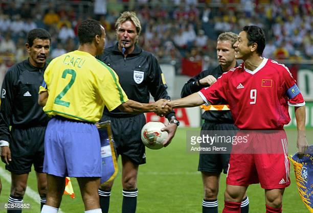 FUSSBALL WM 2002 in JAPAN und KOREA Seogwipo 080602/Match 26 GRUPPE C/BRASILIEN CHINA 40 CAFU/BRA Mingyu MA/CHN Wimpeltausch