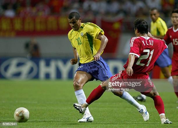 FUSSBALL WM 2002 in JAPAN und KOREA Seogwipo 080602/Match 26 GRUPPE C/BRASILIEN CHINA 40 RIVALDO/BRA Yunlong XU/CHN