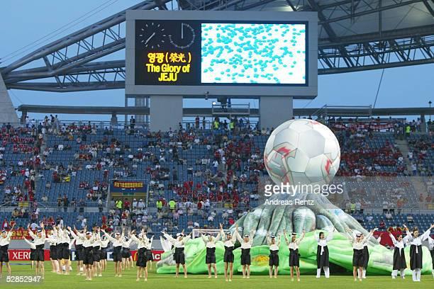 FUSSBALL WM 2002 in JAPAN und KOREA Seogwipo 080602/Match 26 GRUPPE C/BRASILIEN CHINA 40 RAHMENPRGRAMM/ZEREMONIE vor dem Spiel im STADION SEOGWIPO