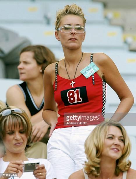 WM 2002 in JAPAN und KOREA Seogwipo MATCH 49/ACHTELFINALE/DEUTSCHLAND PARAGUAY 10 SPIELERFRAUEN IM STADION Simone KAHN Pia ZIEGE Daniela REHMER