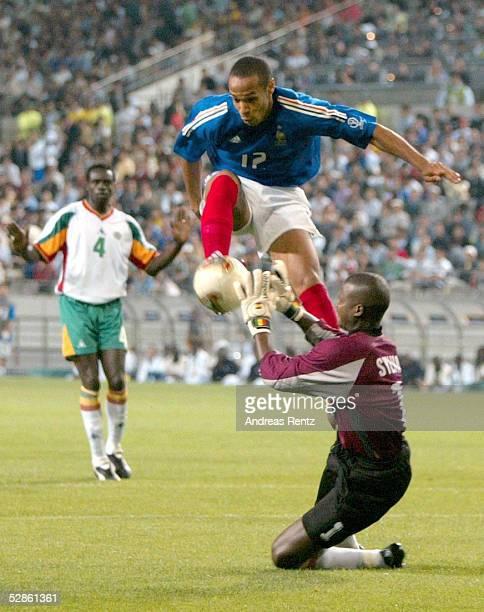 WM 2002 in JAPAN und KOREA Seoul GRUPPE A/FRANKREICH SENEGAL 01 Thierry HENRY/FRA TORWART Tony SYLVA/SEN