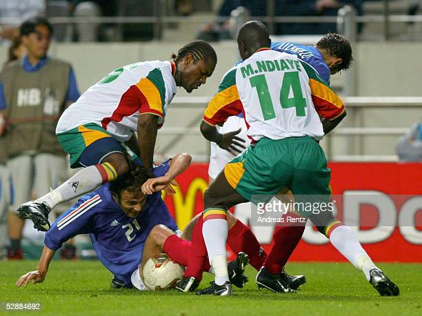 WM 2002 in JAPAN und KOREA Seoul GRUPPE A/FRANKREICH SENEGAL 01 vli Aliou CISSE/SEN Christophe DUGARRY/FRA Moussa N'diaye/SEN Bixente LIZARAZU/FRA