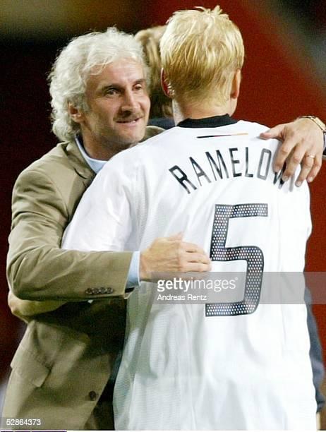 Teamchef Rudi VOELLER umarmt Carsten RAMELOW/GER