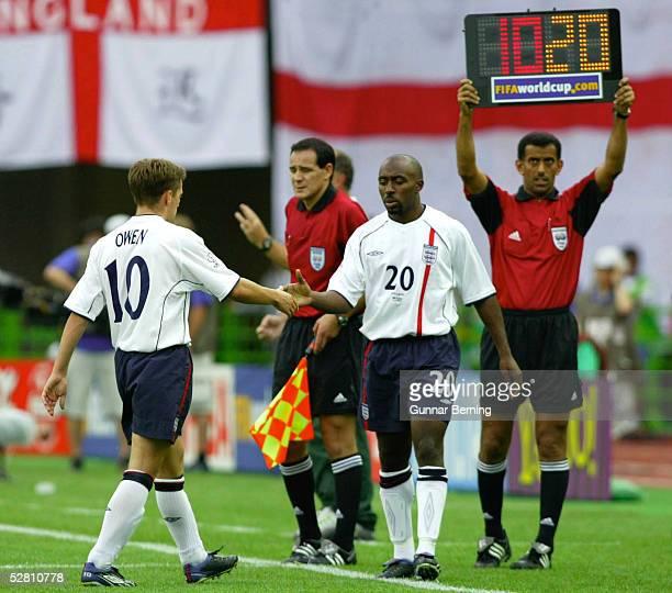 WM 2002 in JAPAN und KOREA Shizuoka Match 57/VIERTELFINALE/ENGLAND BRASILIEN 12 Michael OWEN/ENG Darius VASSELL/ENG Auswechslung