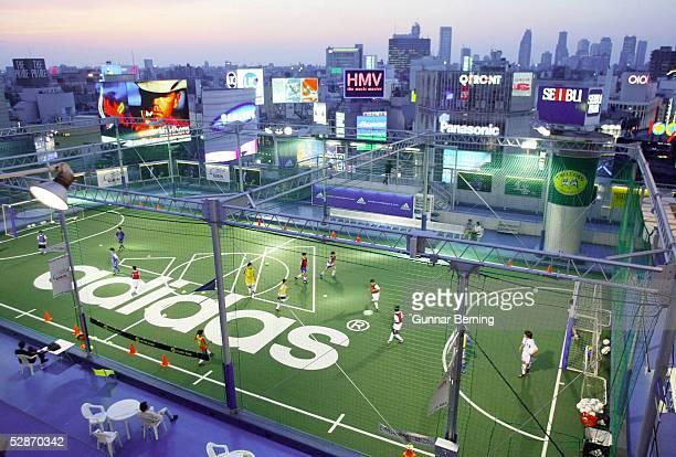 WM 2002 in JAPAN und KOREA STADTFEATURE TOKYO Auf einem Hochhausdach spielen Kinder Kleinfeld Fussball