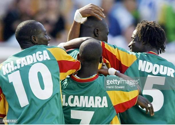 WM 2002 in JAPAN und KOREA Suwon GRUPPE A/SENEGAL URUGUAY 33 JUBEL SENEGAL Khalilou FADIGA Henri CAMARA Alassane NDOUR