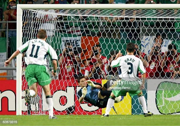 WM 2002 in JAPAN und KOREA Suwon MATCH 52/ACHTELFINALE/SPANIEN IRLAND 43 nE Iker CASILLAS/ESP haelt den Elfmeter von Ian HARTE/IRL