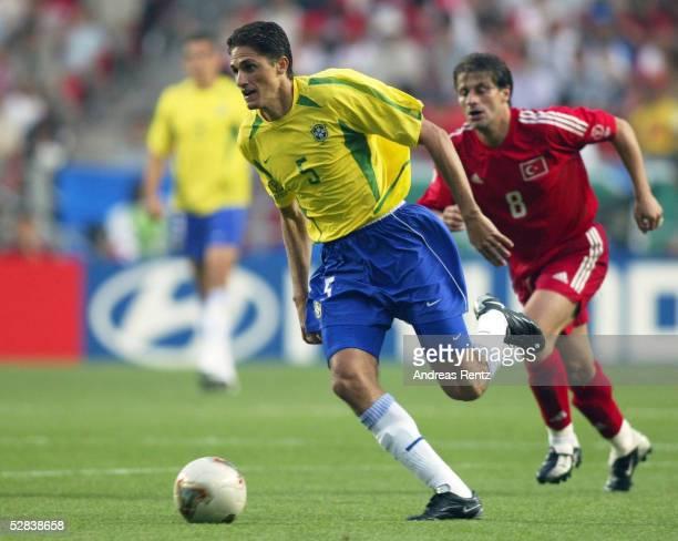 WM 2002 in JAPAN und KOREA Ulsan GRUPPE C/BRASILIEN TUERKEI 21 EDMILSON/BRA Tugay KERIMOGLU/TUR