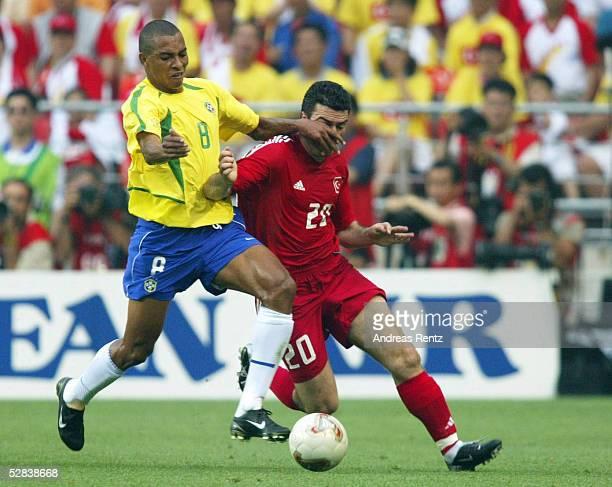 WM 2002 in JAPAN und KOREA Ulsan GRUPPE C/BRASILIEN TUERKEI 21 GIBERTO SILVA/BRA Hakan UENSAL/TUR