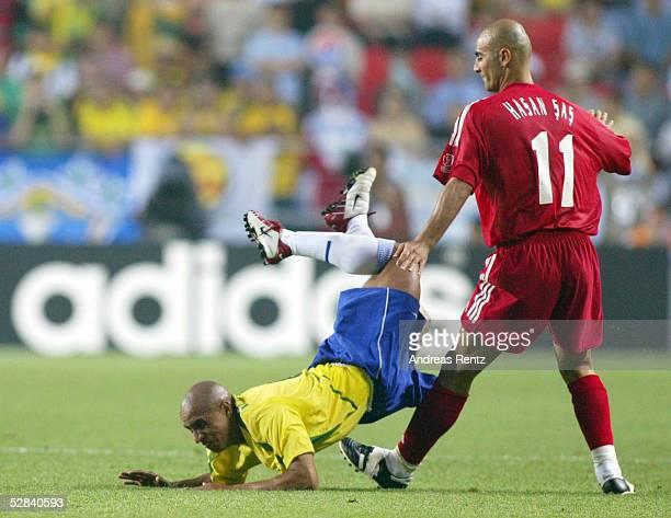 WM 2002 in JAPAN und KOREA Ulsan GRUPPE C/BRASILIEN TUERKEI 21 Roberto CARLOS/BRA Hasan SAS/TUR
