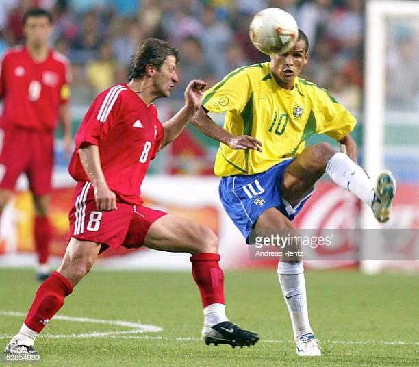 WM 2002 in JAPAN und KOREA Ulsan GRUPPE C/BRASILIEN TUERKEI 21 Tugay KERIMOGLU/TUR RIVALDO/BRA