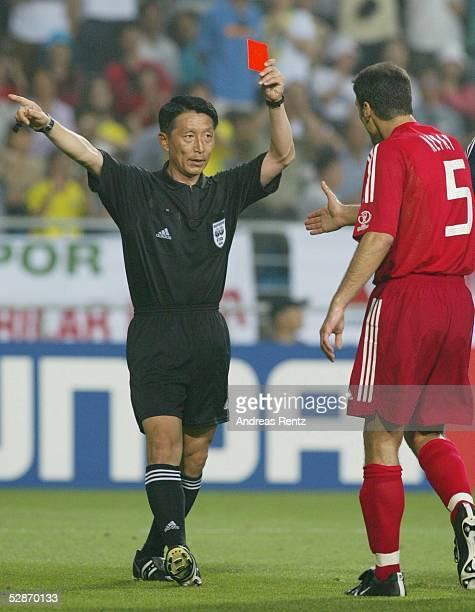 WM 2002 in JAPAN und KOREA Ulsan GRUPPE C/BRASILIEN TUERKEI Schiedsrichter Young Joo KIM/KOR zeigt Alpay OEZALAN/TUR die ROTE KARTE