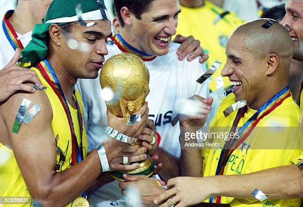 WM 2002 in JAPAN und KOREA Yokohama Match 64/FINALE/DEUTSCHLAND BRASILIEN 02 BRASILIEN WELTMEISTER 2002 JUBEL DENILSON Roberto CARLOS/BRA mit Pokal