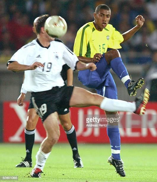 WM 2002 in JAPAN und KOREA Yokohama Match 64/FINALE/DEUTSCHLAND BRASILIEN 02 BRASILIEN WELTMEISTER 2002 Bernd SCHNEIDER/GER KLEBERSON/BRA