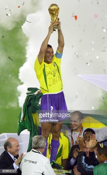 WM 2002 in JAPAN und KOREA Yokohama Match 64/FINALE/DEUTSCHLAND BRASILIEN 02 BRASILIEN WELTMEISTER 2002 JUBEL CAFU mit dem WM POKAL