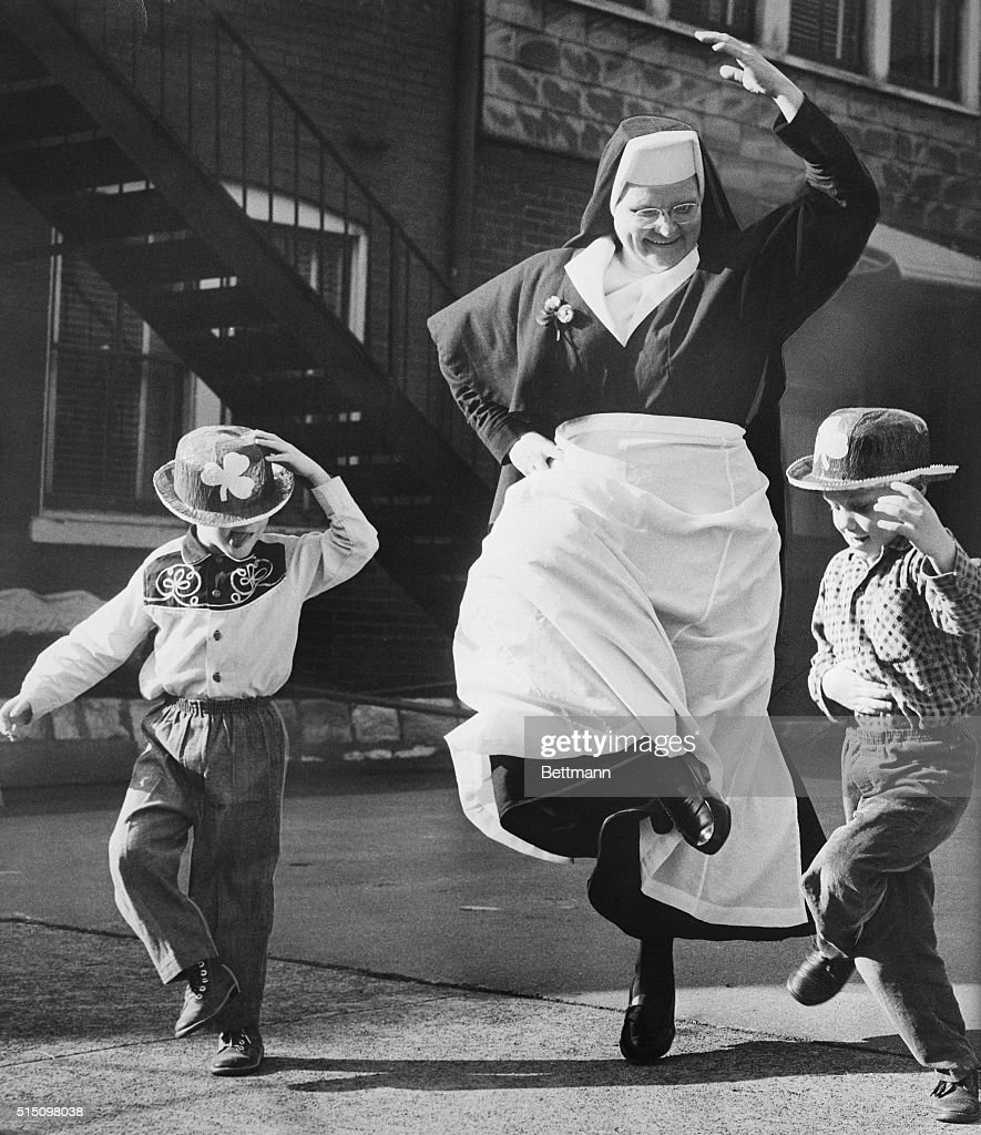 Nun Dancing with Children : News Photo