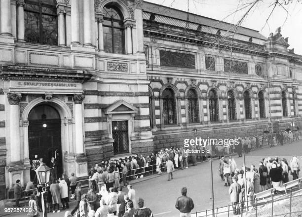 In langen Schlangen stehen die Menschen vor dem Albertinum in Dresden um die Werke der X Kunstausstellung der DDR zu sehen aufgenommen im Herbst 1987...